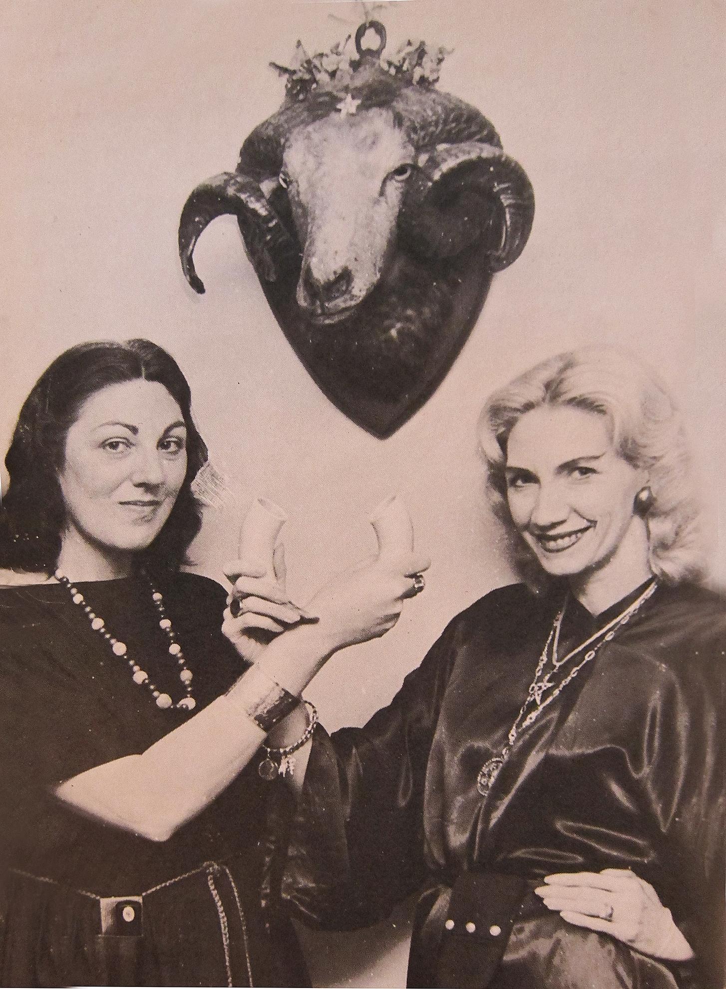 Doreen Valiente (a la izquierda) junto a la también practicante de la wicca Patricia Crowther