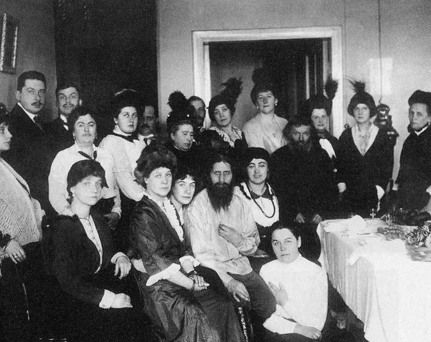 Rasputín rodeado de adeptas a Khlistis