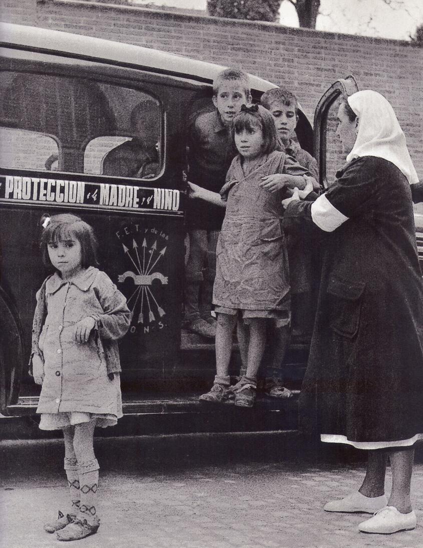 Niños recogidos por Auxilio Social tras el final de la Guerra. 1 Noviembre 1940