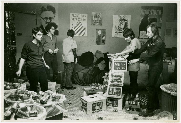 Preparativos para el Gay Liberation Front Dance (Alternate University, 1970). Fotografía de Diana Davies