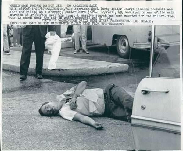 Rockwell instantes después de ser asesinado por Patler