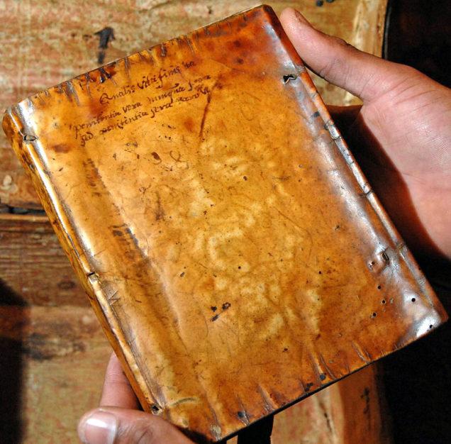 Libro encuadernado con la piel de Garnet