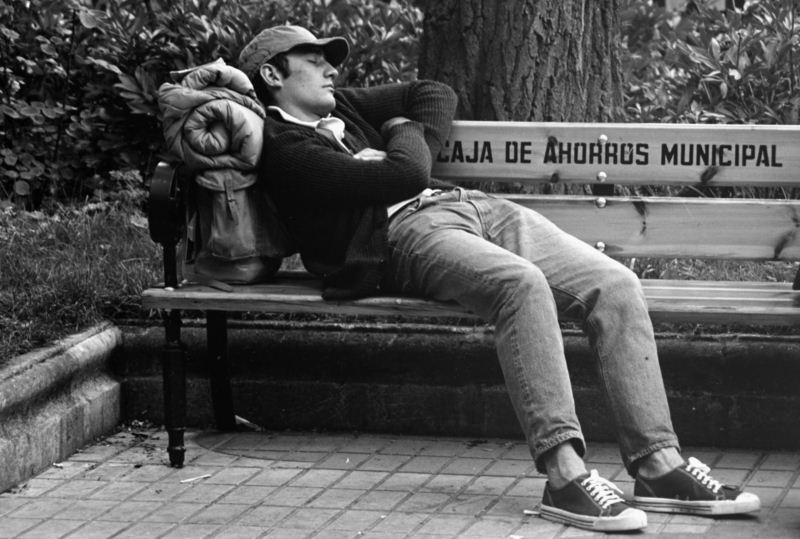 Un asistente al festival duerme como puede en la ciudad. Fotografía de Eliseo Vilafranca