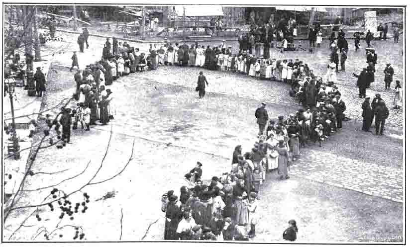 Mujeres haciendo cola ante una carbonería de Barcelona