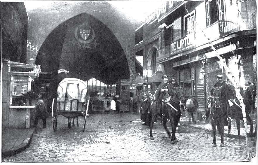 Un destacamento de la Guardia Civil custodia la entrada del mercado de La Boquería
