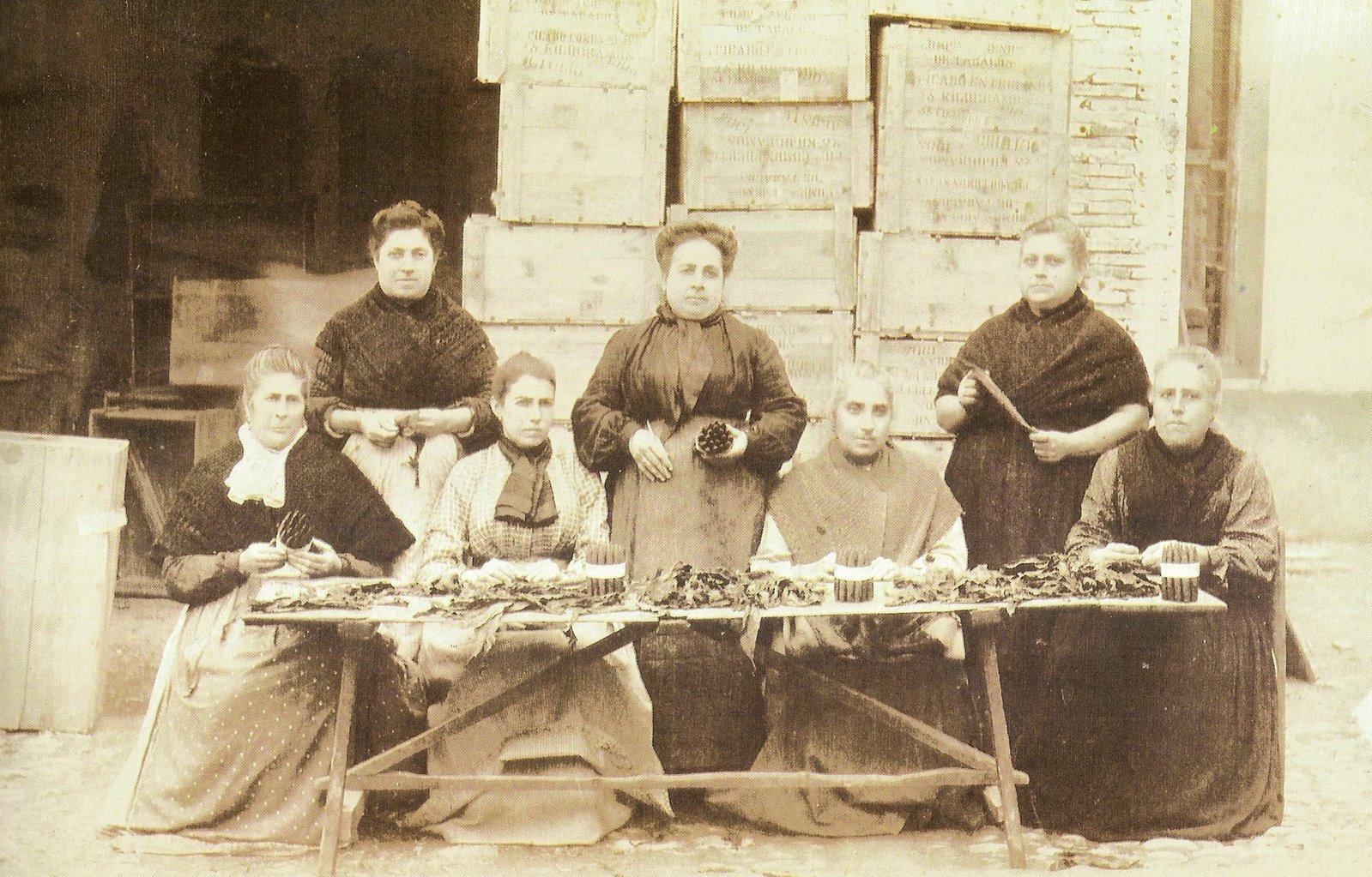 Fotografía de un grupo de cigarreras (1905)