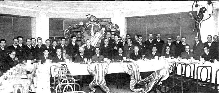 Los miembros del club, rodeados de figuras de animales, en una de sus cenas.