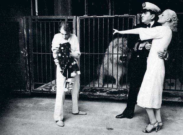 Marlène Grey junto a la jaula de fieras