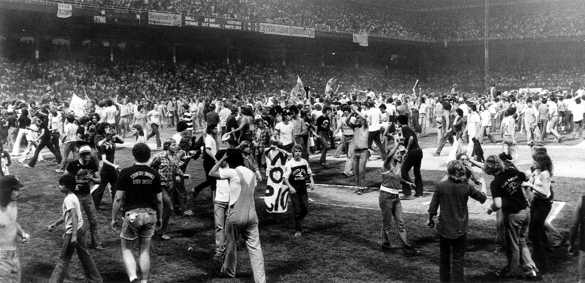 Los fans del rock invaden el terreno del estadio
