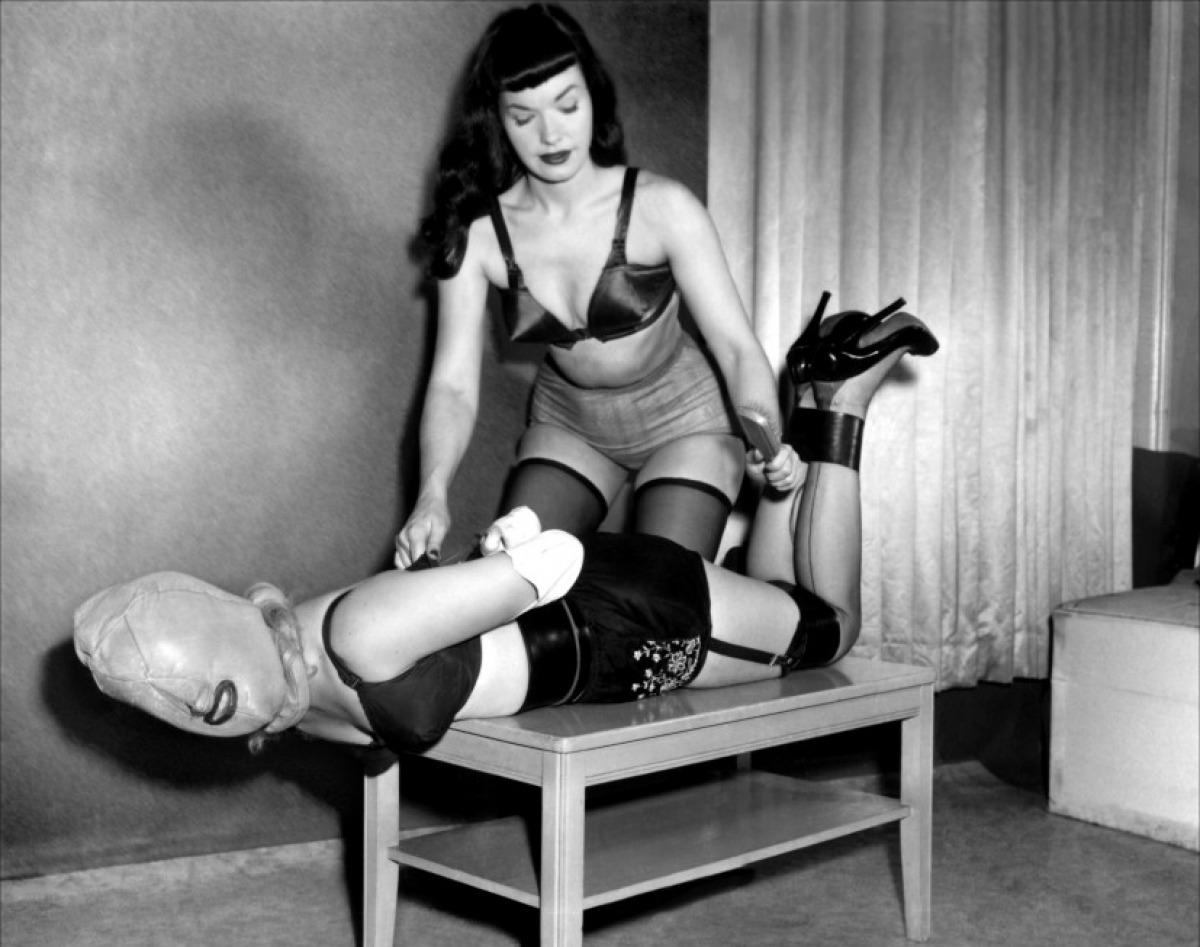 Page fotografiada durante una escena de bondage