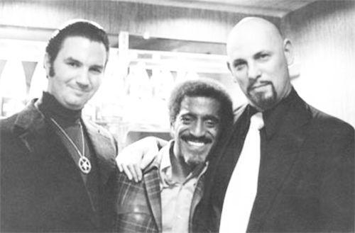 Michael Aquino, el actor Sammy Davis Jr. (que estuvo conectado con la Iglesia de Satán) y La Vey
