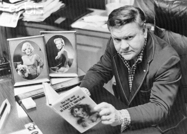 El escritor Robert Slatzer con un ejemplar de su famoso libro