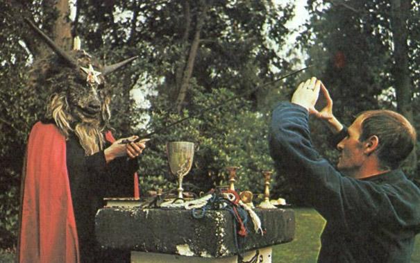 Sanders, a la derecha, durante uno de sus rituales