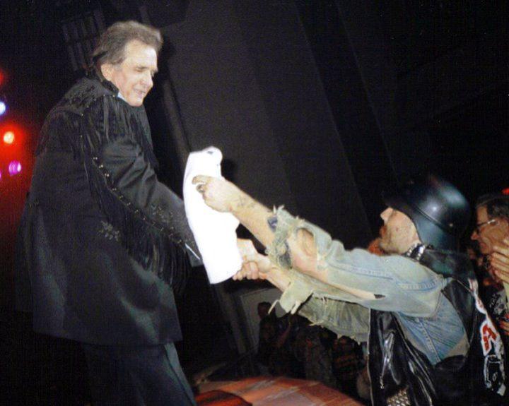 GG Allin entregándole una camiseta de su banda a Johnny Cash