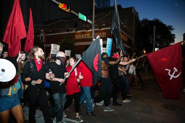 Los Red Guards en la cabecera de una manifestación antifascista