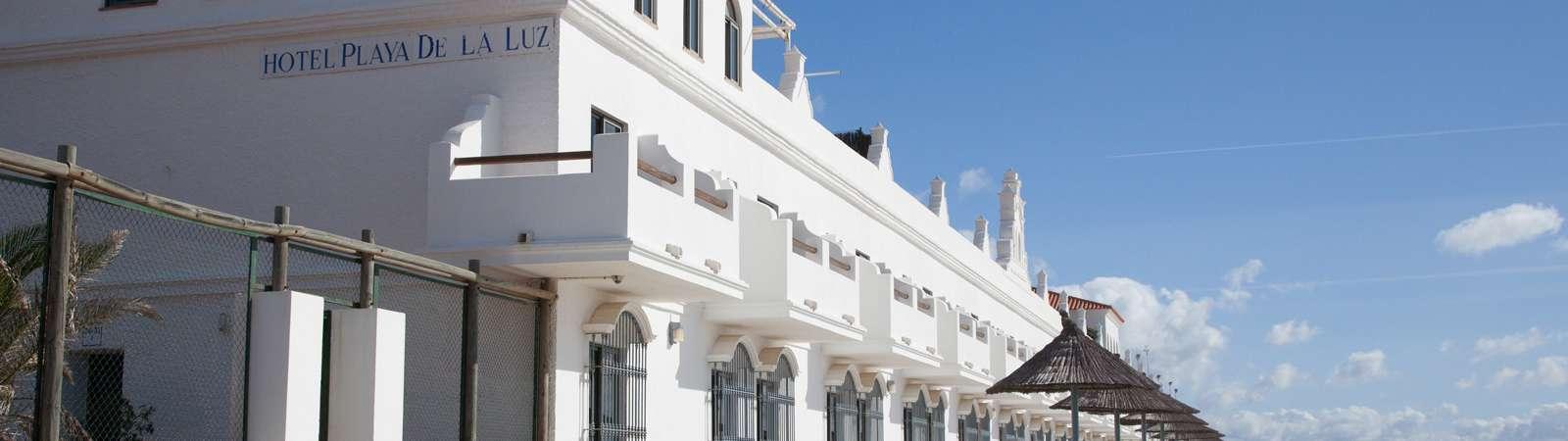 Fachada del Hotel Playa de la Luz