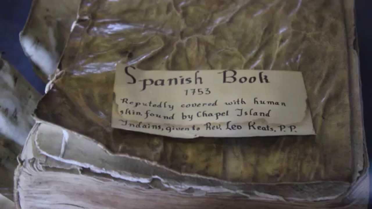 Libro realizado con piel humana por indios en 1753
