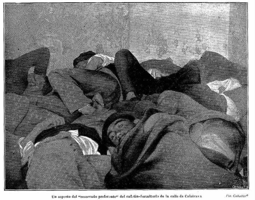 Personas hacinadas en el suelo en el cafetín de dormir