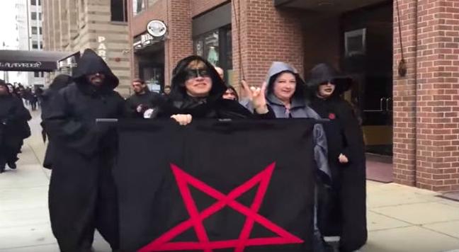 Miembros del Templo Satánico en la marcha contra Trump