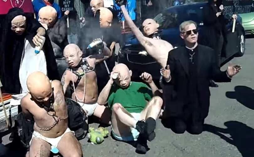 El Templo Satánico de Detroit boicoteando una manifestación de grupos provida