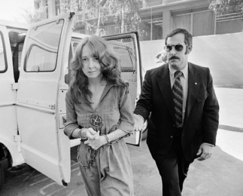 Fromme, vestida con el hábito rojo con el que se acercó a Ford, pasa a disposición judicial