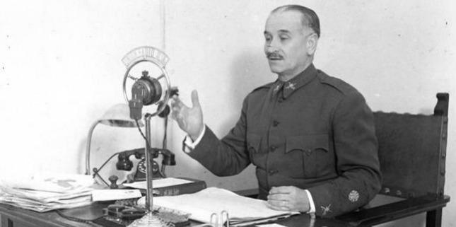 Queipo de Llano durante uno de sus discursos radiofónicos