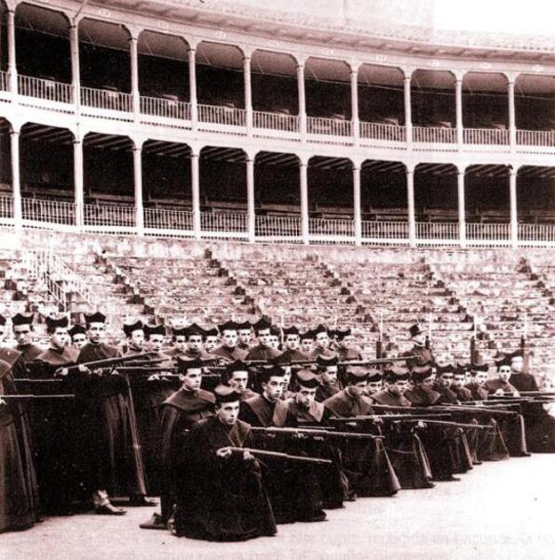 Seminaristas armados en la plaza de toros de Pamplona