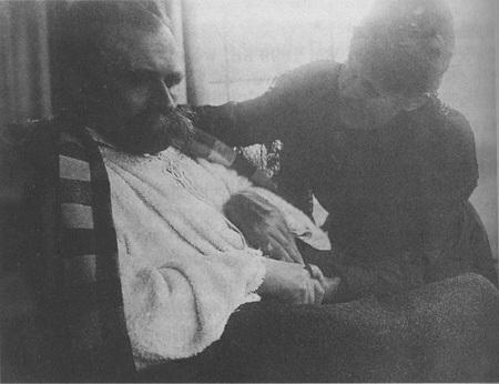 Un enfermo Nietzsche siendo cuidado por su hermana Elisabeth (1899)