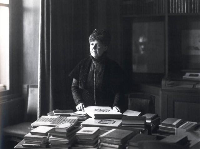 Elisabeth junto al archivo de su hermano (1910)