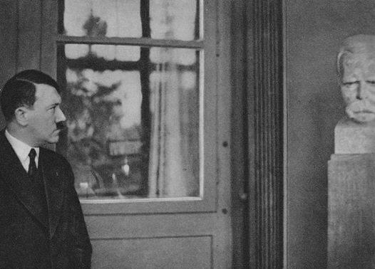 Hitler junto al busto del filósofo en su visita al Archivo de Bayreuth