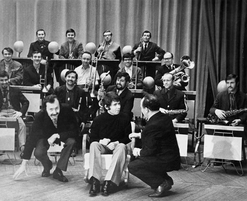 El cantante junto a una orquesta de músicos rusos