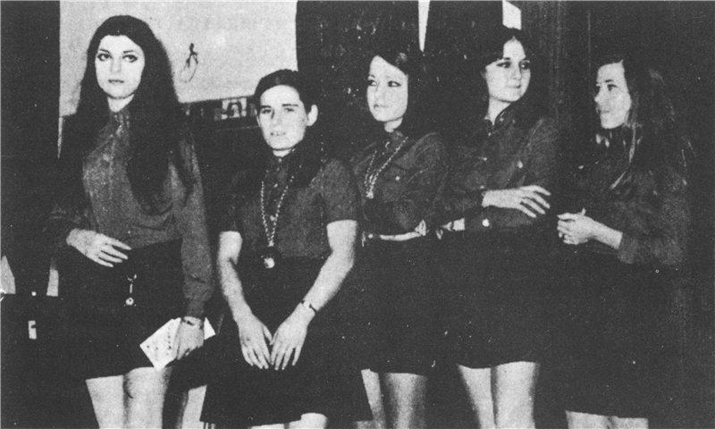 El club de fans de Raphael vestidas de rojo y negro. A la izquierda, su fundadora Maribel Andújar