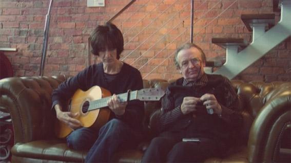 Reilly con la guitarra en  Una guitarra para Durruti