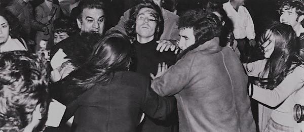 Raphael es escoltado mientras las raphaelistas lo rodean