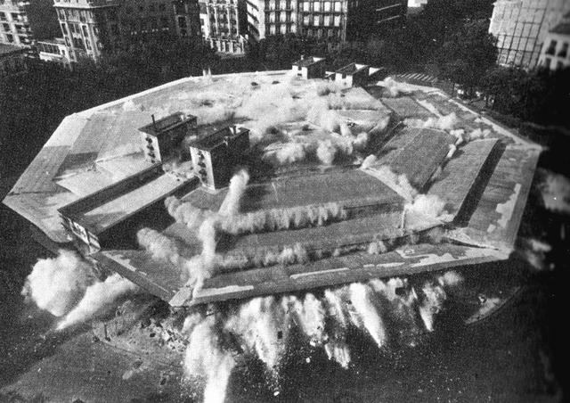 Vista aérea de la espectacular demolición del mercado de Olavide