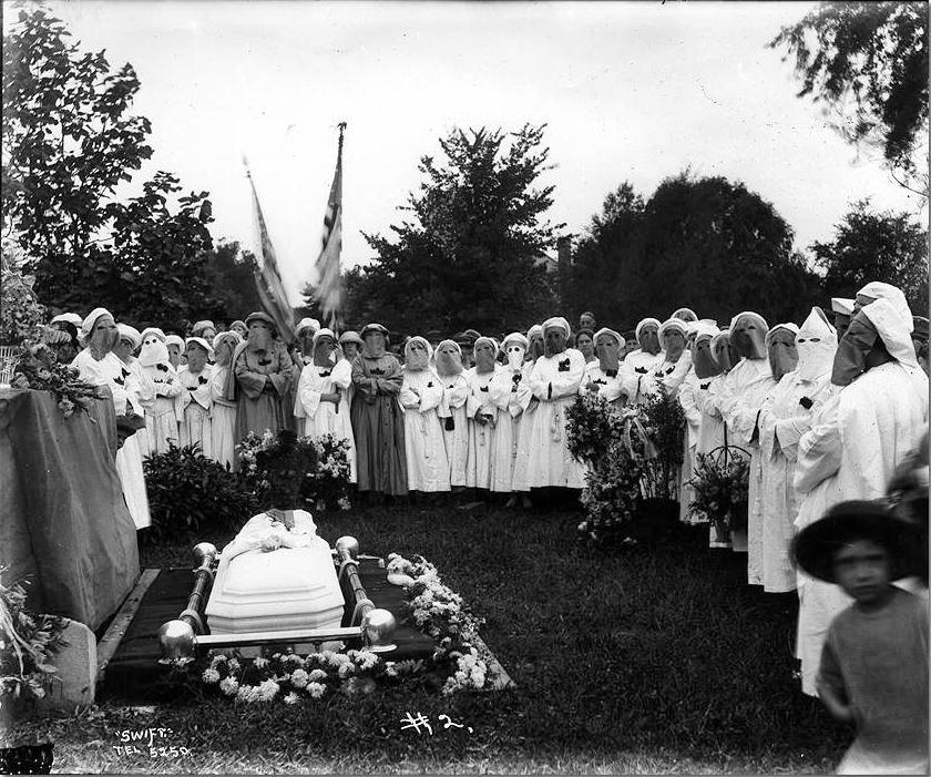 Integrantes de Kamelia atienden un funeral en Muncie (1923)