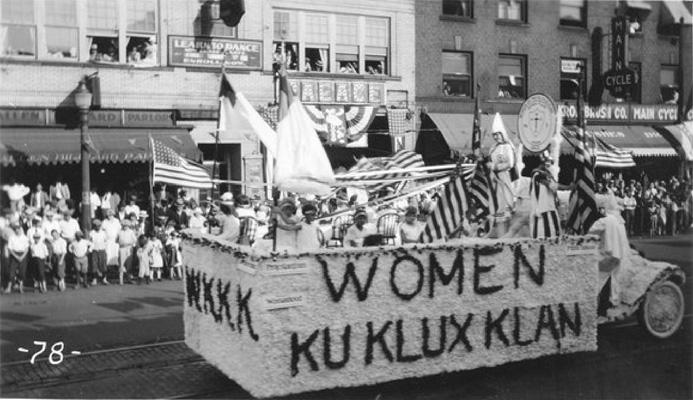 Las WKKK durante un desfile en los años veinte
