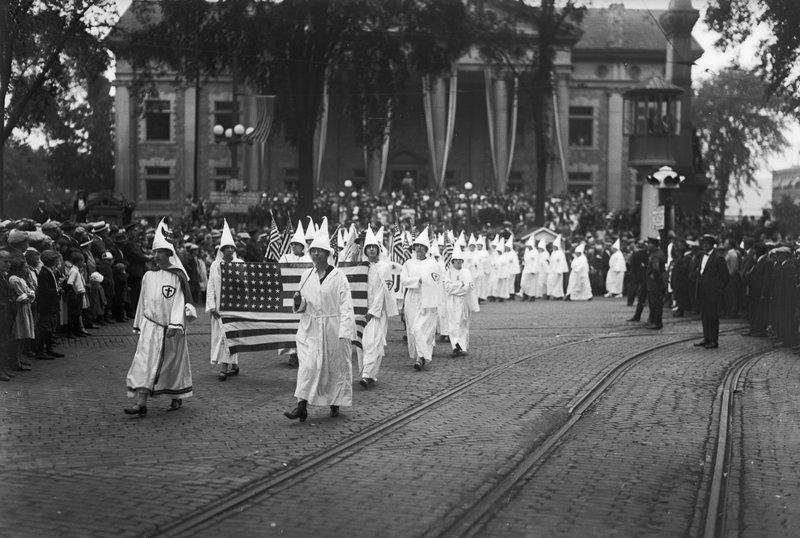 Mujeres del Klan enarbolando la bandera americana en Binghamton, años veinte. Bettman / Corbis