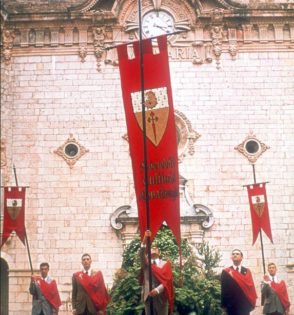 Los «guardianes de la tradición» y la cruz de Santiago. Archivo TFP-Covadonga