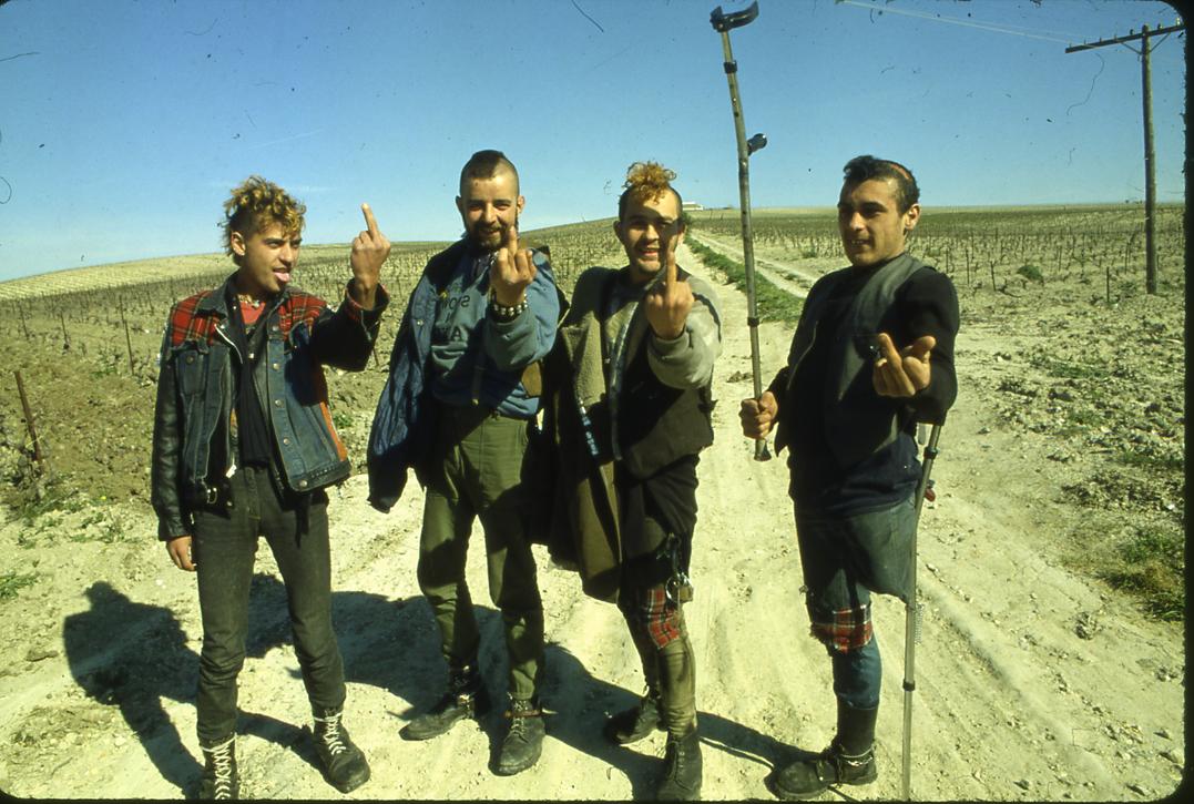 El «Cojo» Manteca, primero a la derecha, junto a sus amigos.Fotografía de Roberto Villagraz para Interviú