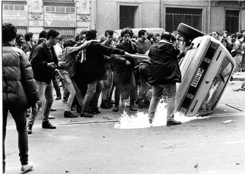 Momento culminante de los disturbios. Estudiantes vuelcan y queman un coche de policía. Fotografía de José Hinojosa