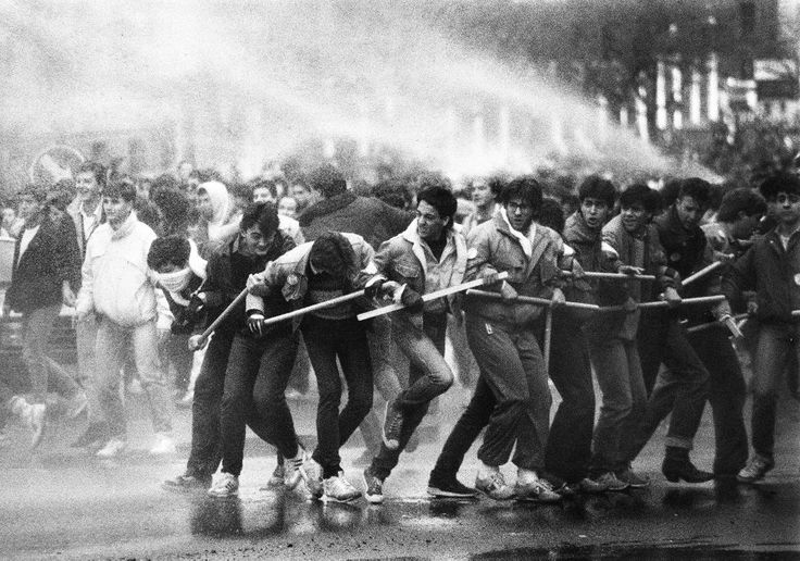 Los estudiantes avanzan y la policía intenta frenarlos.Fotografía de José Hinojosa