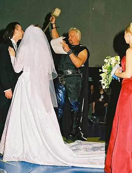 Thor, martillo en mano, oficiando una boda