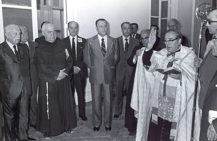 Blas Piñar, líder de Fuerza Nueva, observa como es bendecido uno de sus locales en 1979. Imagen: archivo RTVE