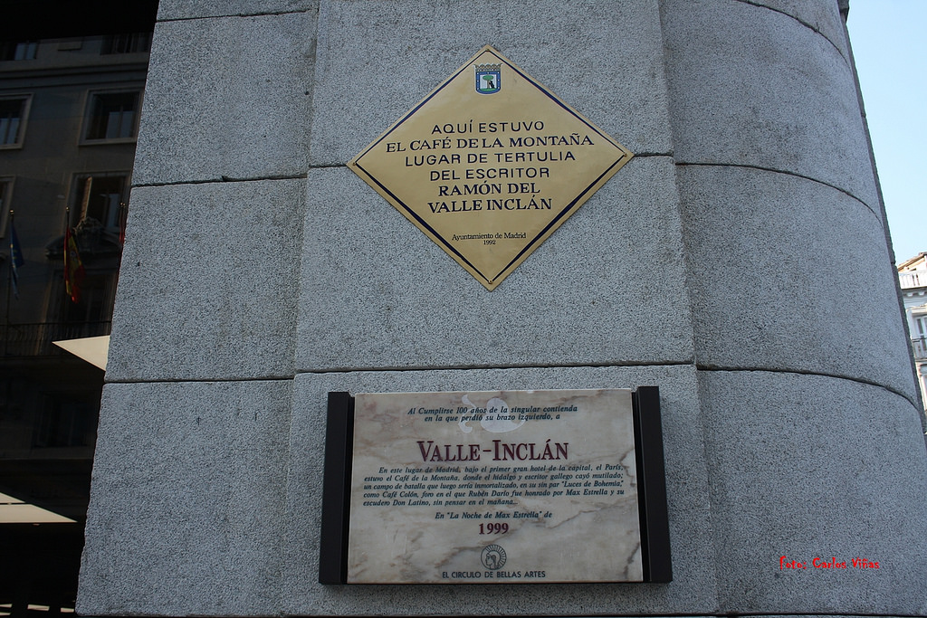 Placa situada en la esquina de la calle Alcalá que recuerda el incidente y la ubicación del Café de la Montaña