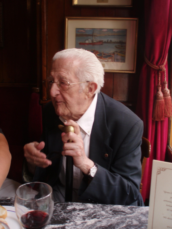 Baró, ya muy mayor, en el café Gijón de Madrid (Archivo cvcediciones.com)