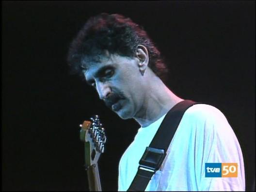 Dos instantes de la actuación de Zappa en Barcelona