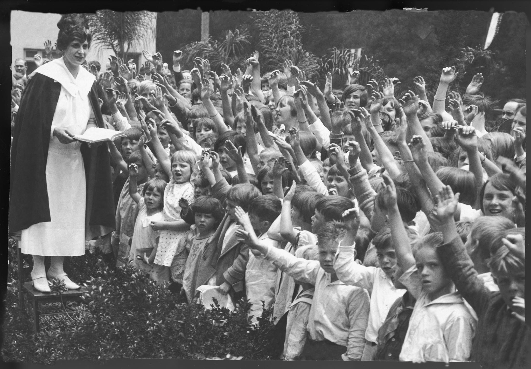 Aimee y su legión de niños a los que la Iglesia que fundó prestaba auxilio