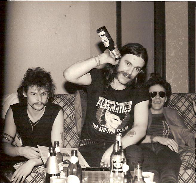 La banda con Robbo (sentado a la derecha)