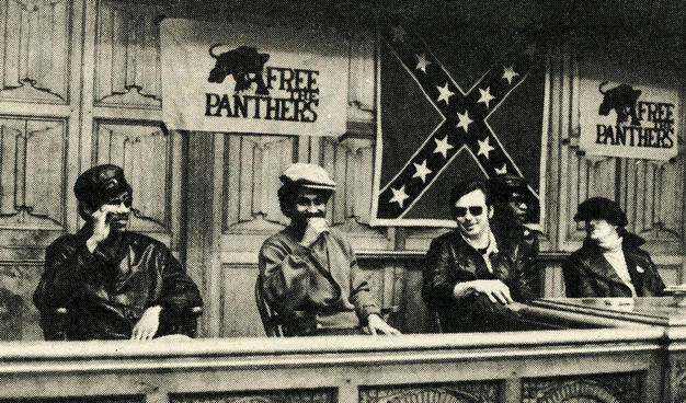 Miembros de los Panteras Negras junto a otros de los Jóvenes Patriotas. Al fondo, sus respectivos símbolos